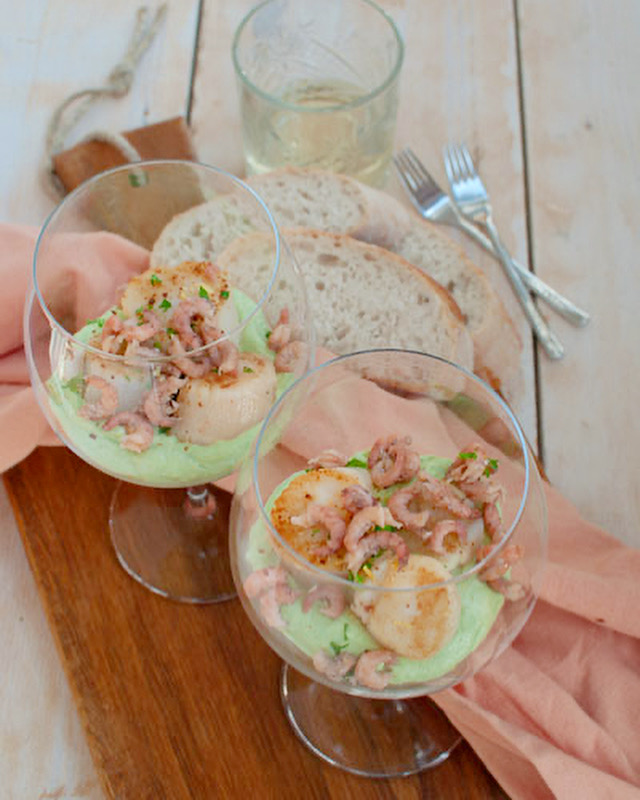 Coquilles met avocadocrème en Hollandse garnalen