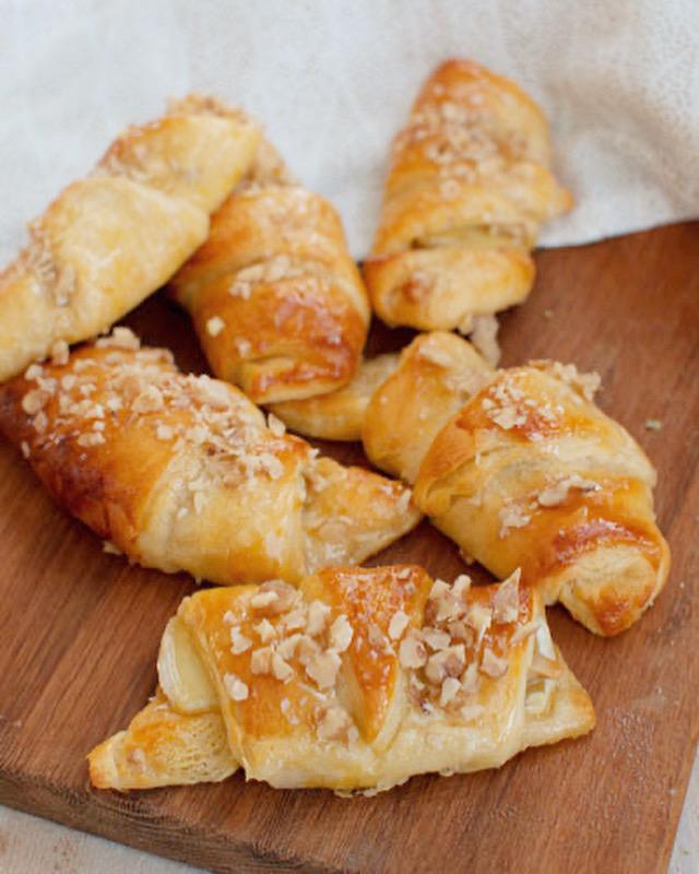 Briebroodjes met honing en walnoten