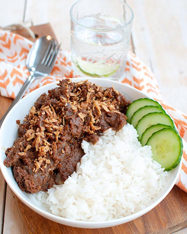 Runderstoof in satésaus met rijst