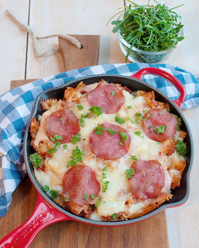 Pasta salami met courgette en tomatensaus uit de oven