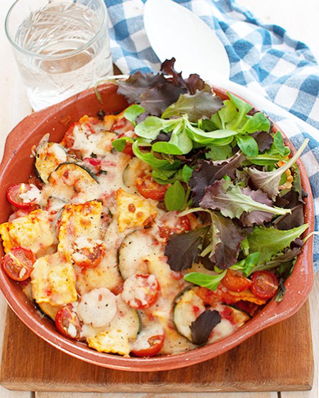 Vegetarische raviolischotel met tomatensaus en lekker veel groenten
