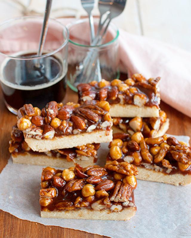 300 gram (ongezouten) gemengde noten 140 gram witte basterdsuiker 125 ml slagroom 2 eetlepels honing 1 theelepel grof zeezout