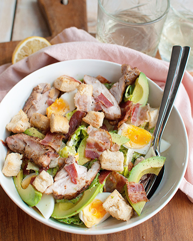 Caesar salade met kip en avocado