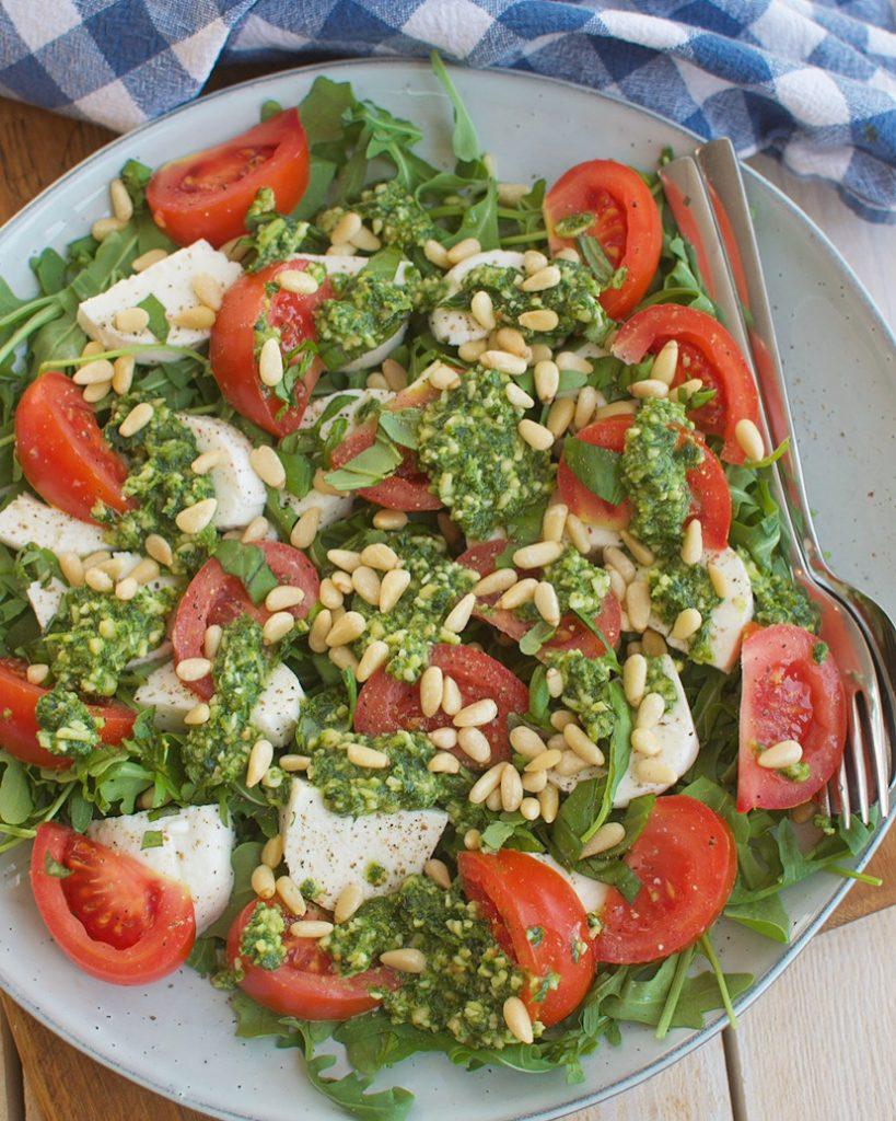 Salade caprese met pesto en pijnboompitten
