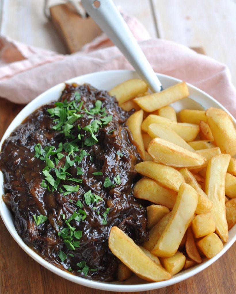 Limburgs zuurvlees met friet