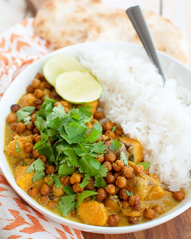 Vegetarische gele curry met zoete aardappel en kikkererwten