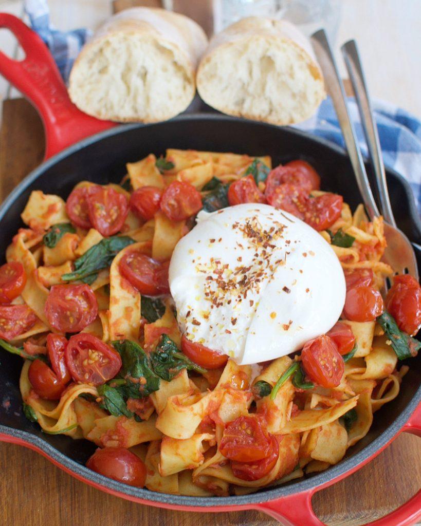 Pappardelle met geroosterde tomaatjes en burrata