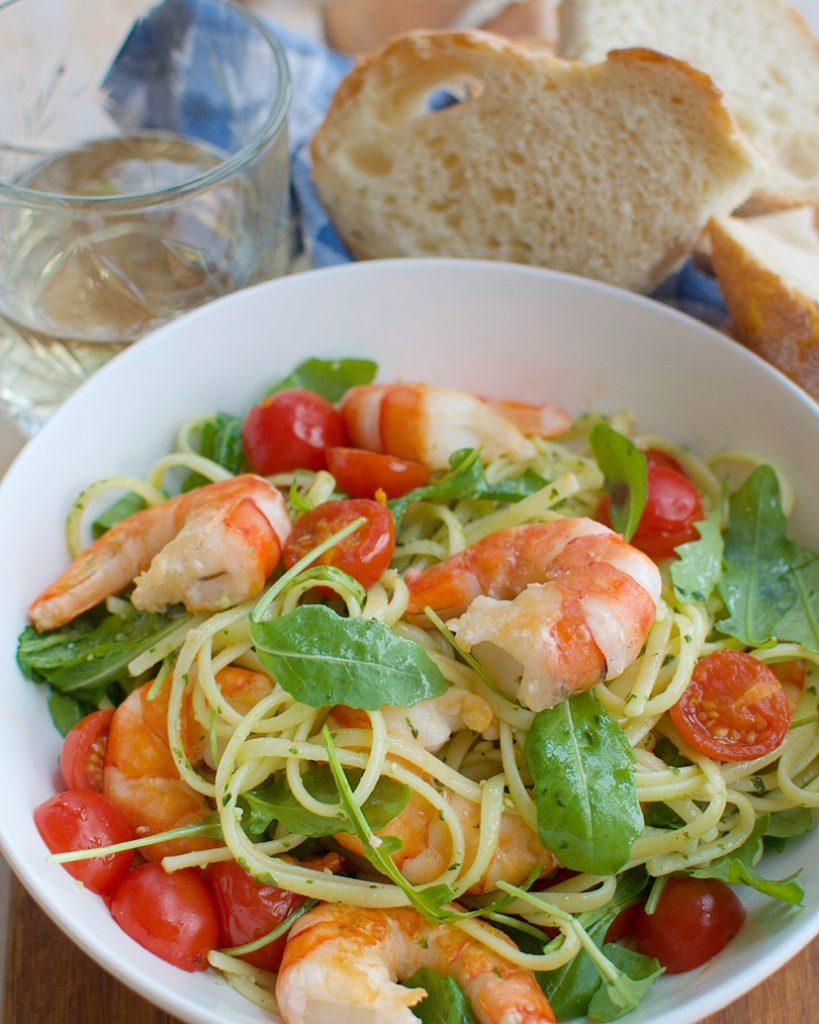 Pasta pesto met garnalen en geroosterde tomaatjes
