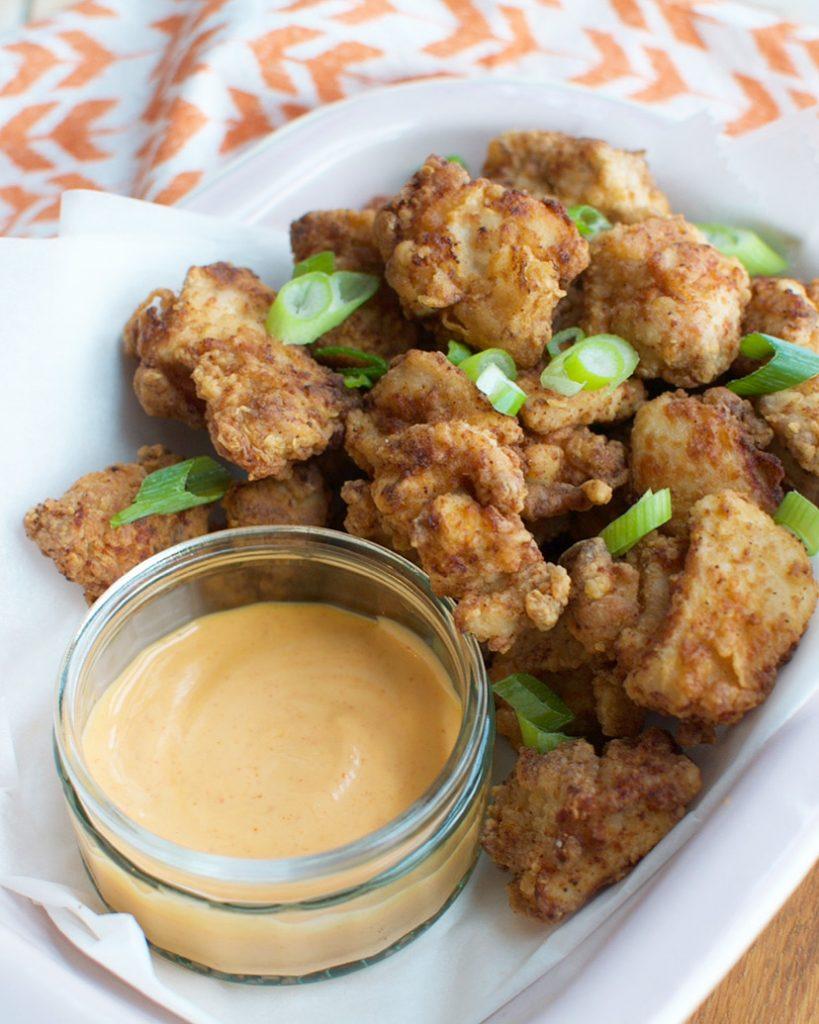 Popcorn chicken met sriracha-mayonaise