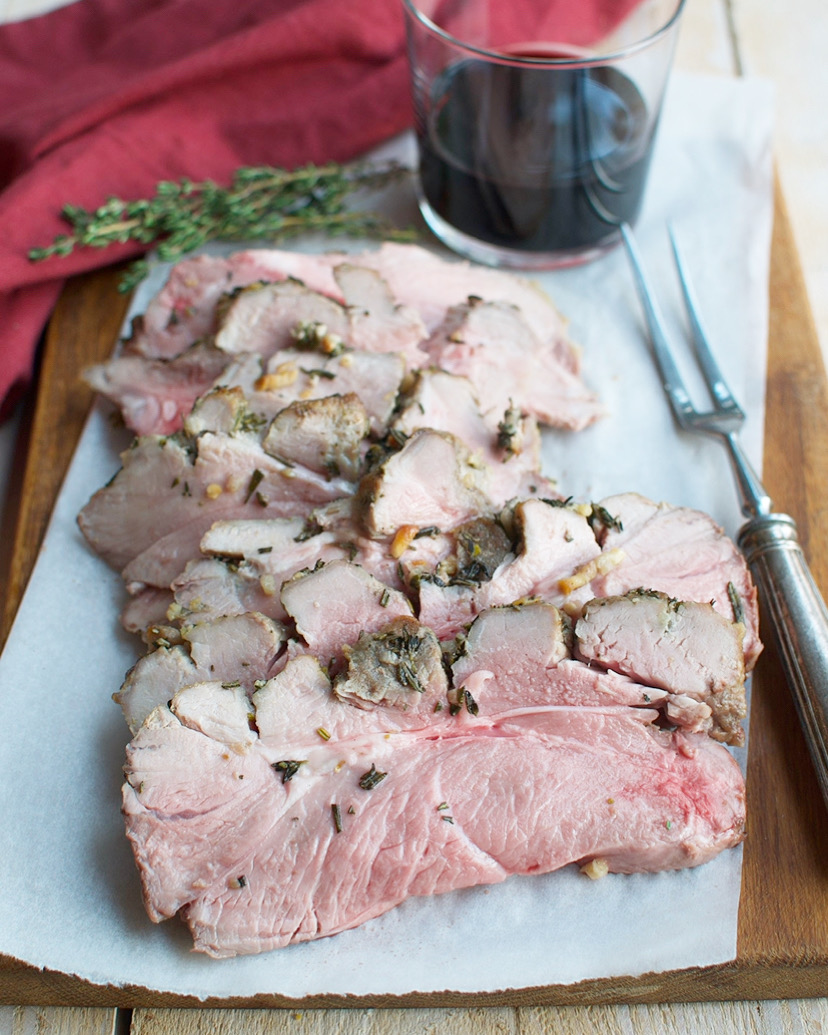 Gebraden lamsbout met rozemarijn en knoflook