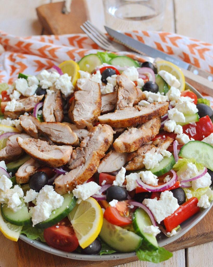 Griekse salade met kippendijen