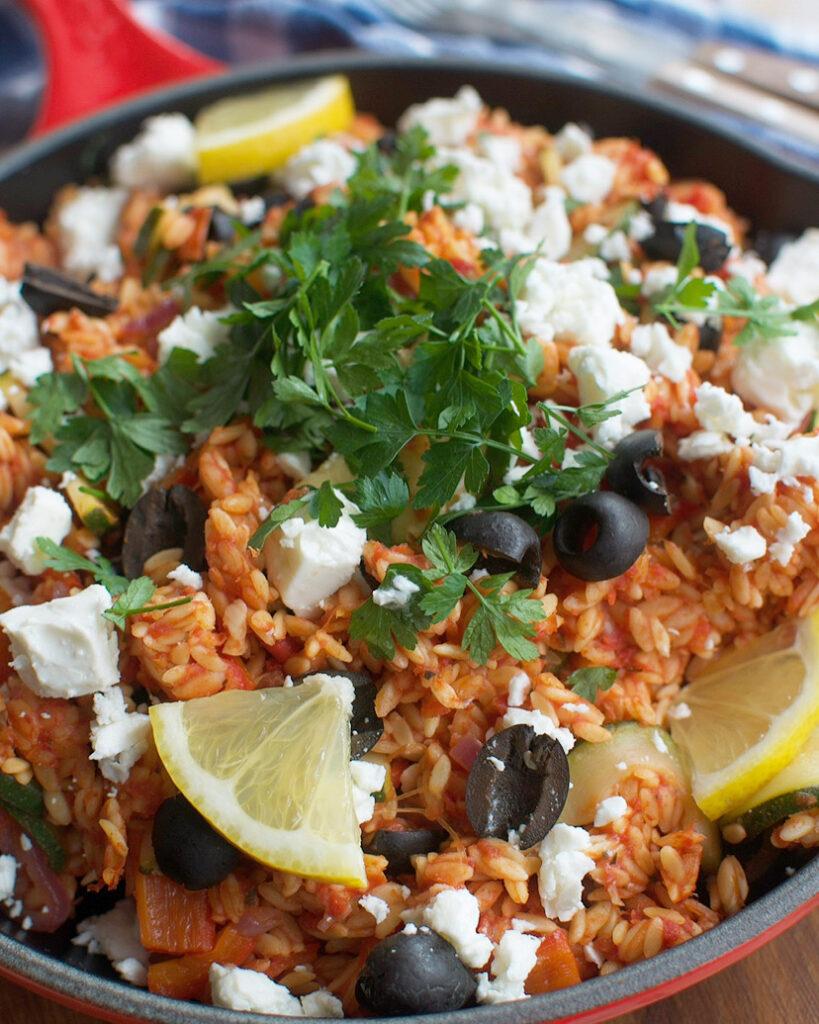 Grieks eenpansgerecht met orzo en lekker veel groente